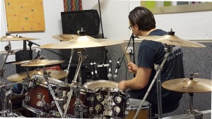 Les performing a roll on the floor tom