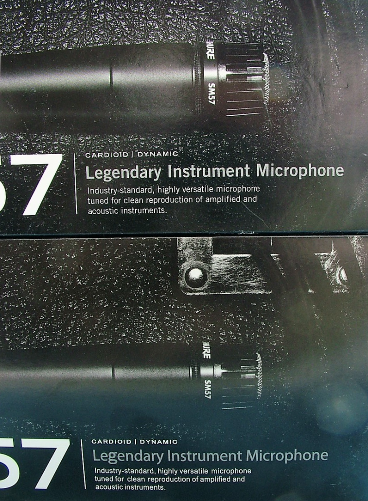 "On the top of the fake SM57 box(bottom), the 'g' in the word ""Legendary"" is unusually large compared to the rest of the text."